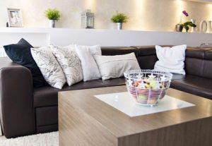 Brązowa sofa z poduszkami