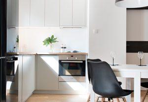 Biała kuchnia z krzesłami
