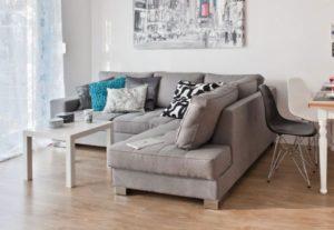 Szara sofa w salonie 3