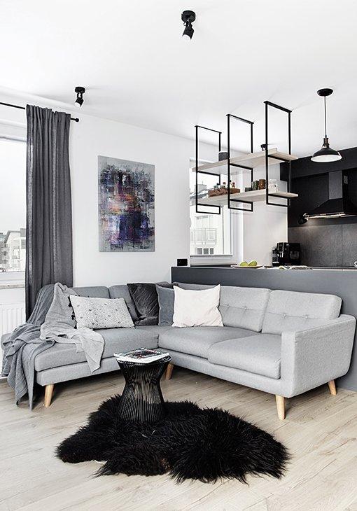 Salon z szarą sofą
