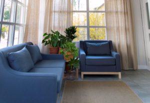 Granatowa sofa i fotel