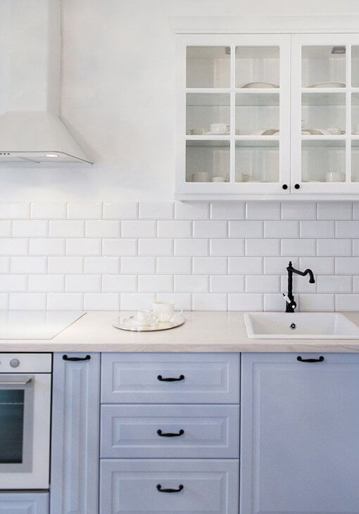 Białe płytki w kuchni