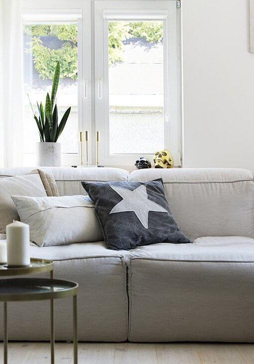 Szara sofa z poduszkami