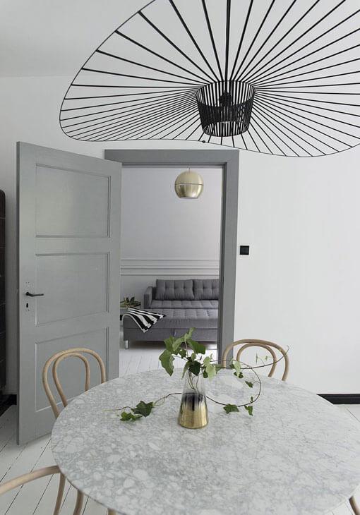 Fantazyjna lampa nad stołem