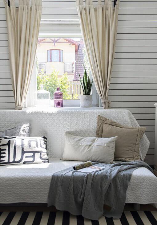 Biała kanapa w salonie