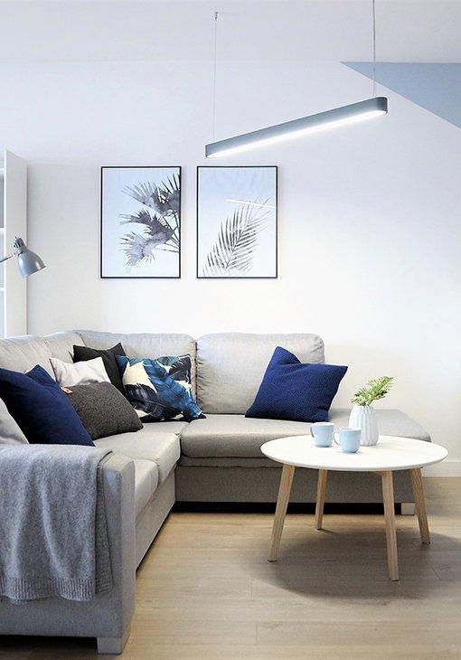 Szara sofa w salonie 2