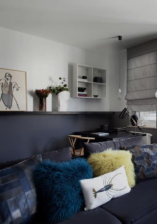 Granatowa sofa w białym salonie
